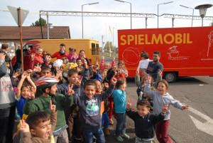 Das rotzfreche Spielmobil aus Darmstadt besucht die Flüchtlingskinder in der Starkenburg-Kaserne